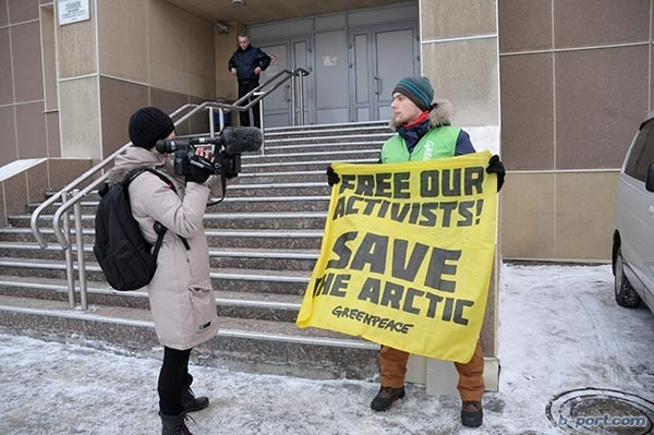Unprecedented support for the Arctic 30 outside a Murmansk court house