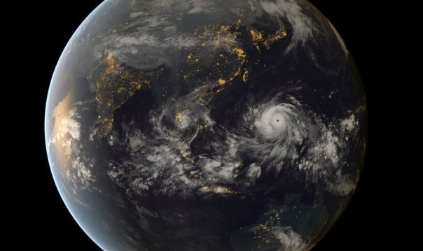 Typhoon Haiyan approaching the Philippines (13:00 UTC 07/11/2013). Image captured by the geostationary satellites of the Japan Meteorological Agency and EUMETSAT.