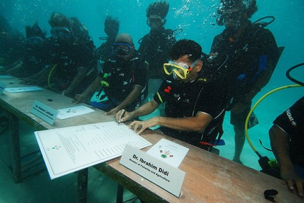 The much used COP15 propaganda picture of the Maldives Government holding a cabinet meeting underwater to push the rising sea level lie